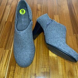 Aerosoles grey Flannel bootie size 9